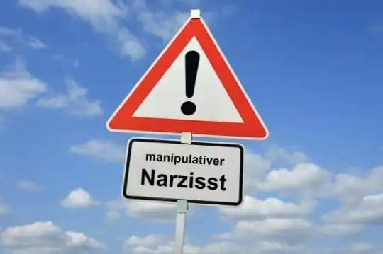 """#Manipulation ist das """"Fachgebiet"""" eines #Narzissten. Lesen Sie, warum es im Kontakt mit einem Narzissten wichtig ist, #achtsam zu sein und bei sich zu bleiben.  #psychothherapie #narzisst #narzissmus #achtsamkeit #sekbstbewusstsein #intuition via @psychothherapie"""