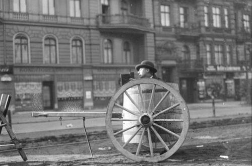 Bundesarchiv, Bild 183-1984-0822-503 / CC-BY-SA 3.0 CC BY-SA 3.0 de File:Bundesarchiv Bild 183-1984-0822-503, Fotograf mit Kamera in Wassertonne.jpg