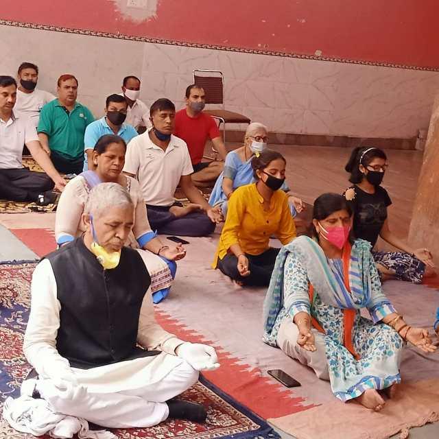 निगम पार्षद शशि चांदना मंडावली ने प्रातः 8:00 बजे कालीबाड़ी मंदिर में योग शिविर लगाकर लोगों को स्वास्थ्य के प्रति जागरूक किया