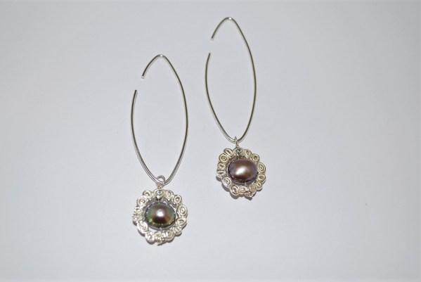 """Øresmykker """" Påfugl"""" fersvandsperle, med krans af sølvblomster og ørehængere af sølv."""