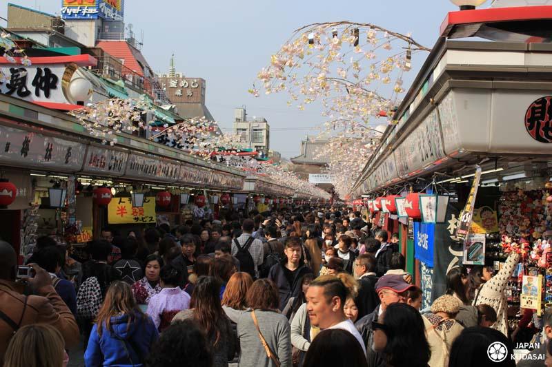 Le sanctuaire d'Asakusa est un incontournable de Tokyo. Le sanctuaire s'ouvre par la porte Kaminarimon et se poursuit par une rue commerçante qui se prolonge jusqu'au temple.