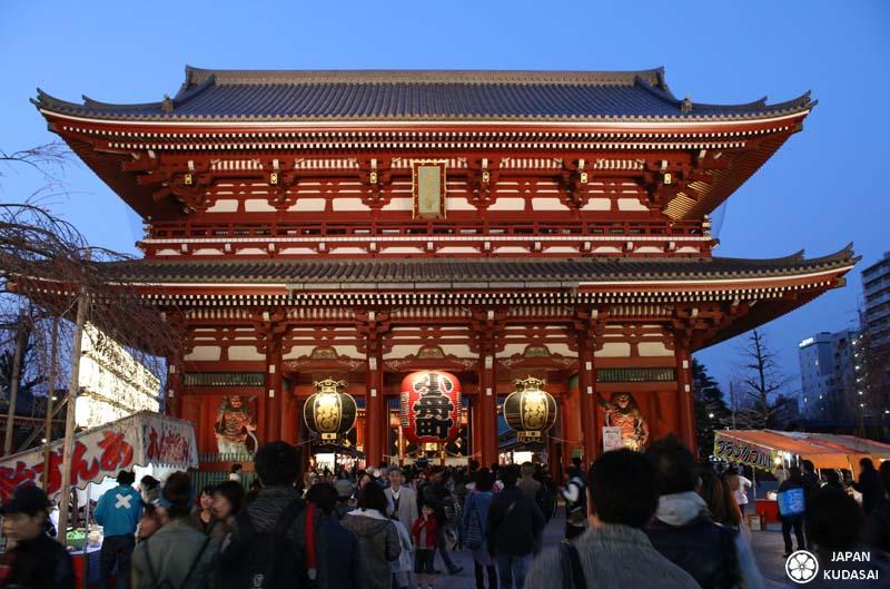 Porte d'entrée au temple Senso-ji au coeur du sanctuaire.