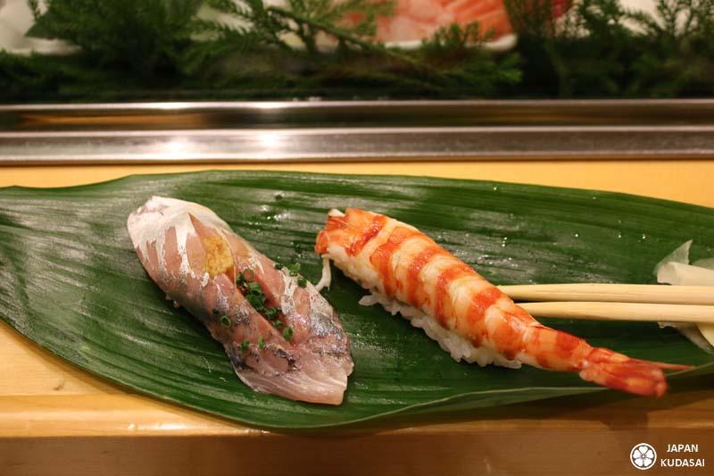 Sushi de maquereau et crevette à Tsukiji.