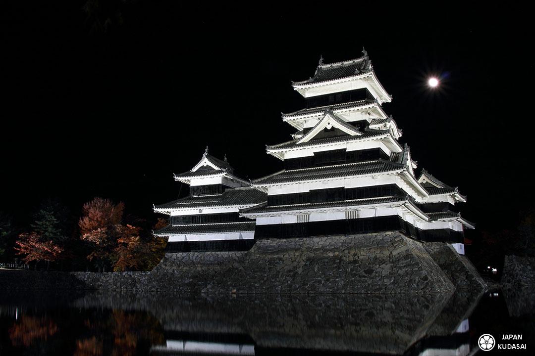 chateau de matsumoto de nuit avec la lune