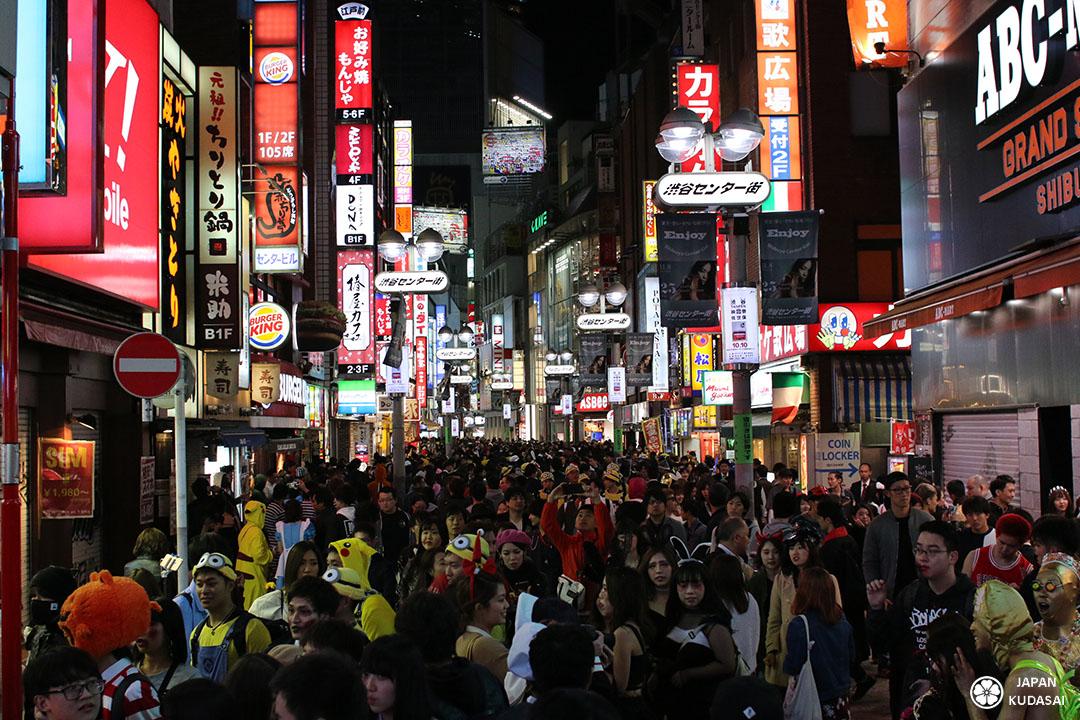 la foule à shibuya tokyo pour la fête d'halloween le 31 octobre
