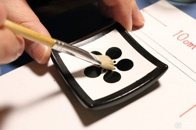 Création repose baquette japonaise au pinceau sur laque traditionnelle