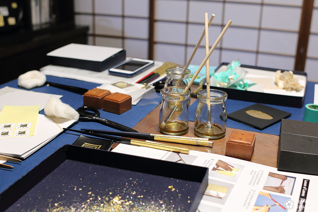 Atelier artisanat dorure feuille d'or traditionnel quartier est higashi chaya kanazawa