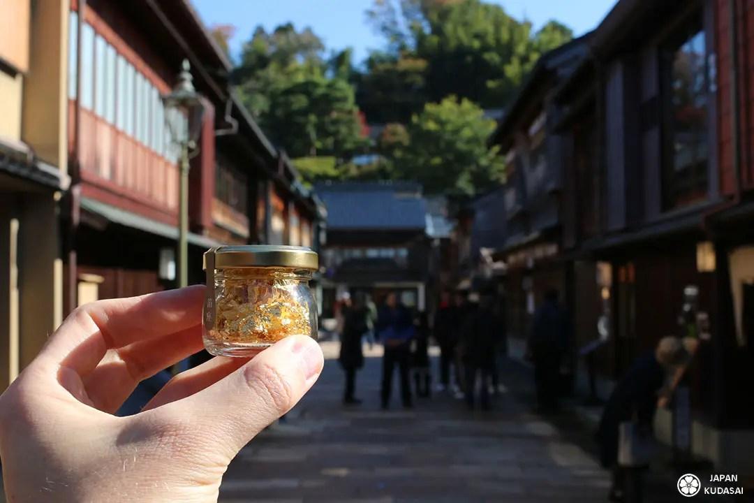 Pot de feuille d'or de kanazawa dans le quartir higashi chaya des geishas