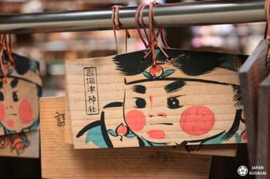 Momotaro est un personnage iconique des contes d'Edo. Ce petit garçon né dans une pêche puise sa légende dans la région d'Okayama et notamment à Kibitsu jinja.