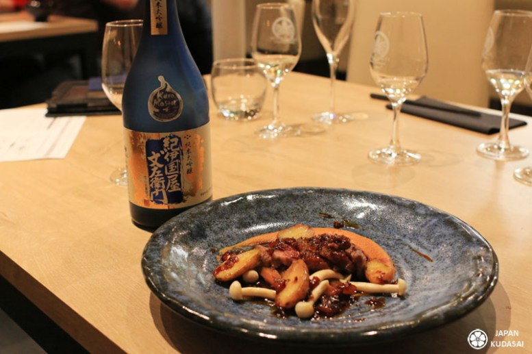 Faux-filet de bœuf japonais Wagyu A5, navet râpé, edamame, sauce soja et wasabi. Saké Junmai daiginjo Kinokuniya Bunzaemon de la préfecture de Wakayama.