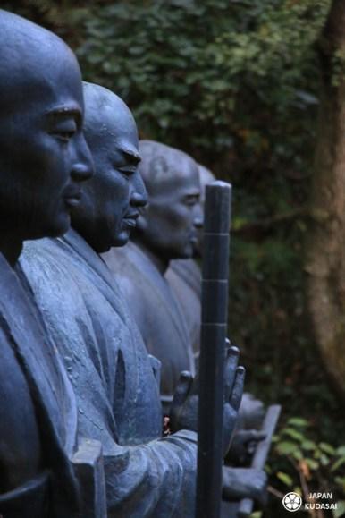 Statues de moines au temple Mitaki d'Hiroshima.