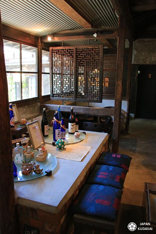 Café brasserie Morikuni à Shodoshima - espace de vente de sakés.