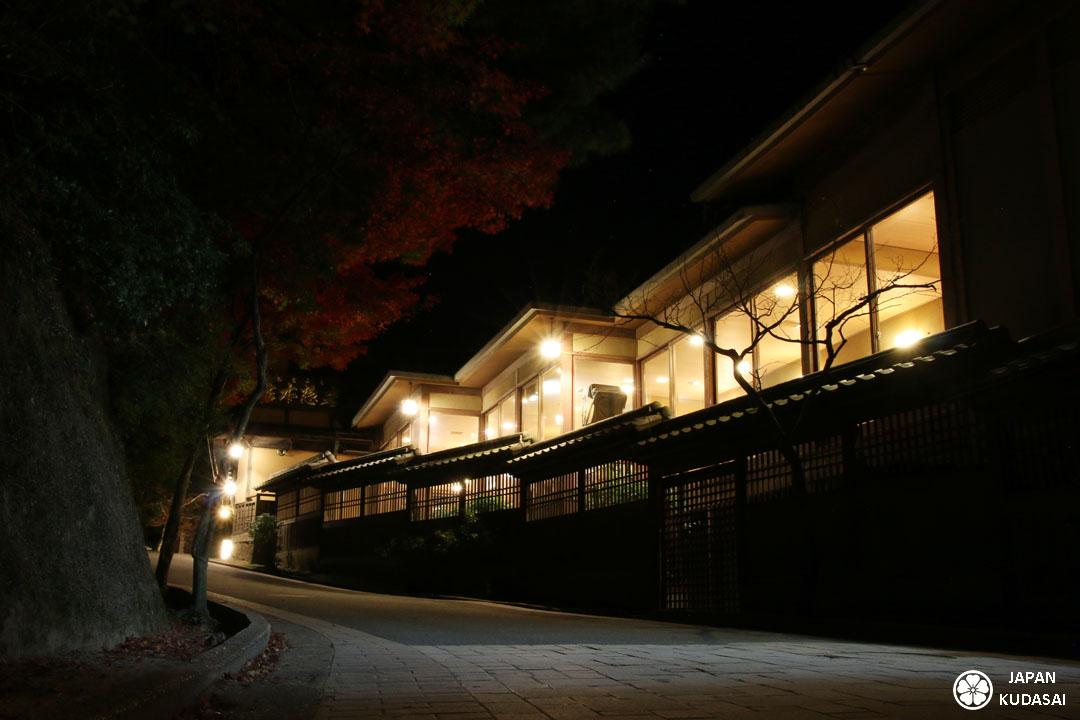 Ryokan Iwaso de nuit, depuis la ruelle.