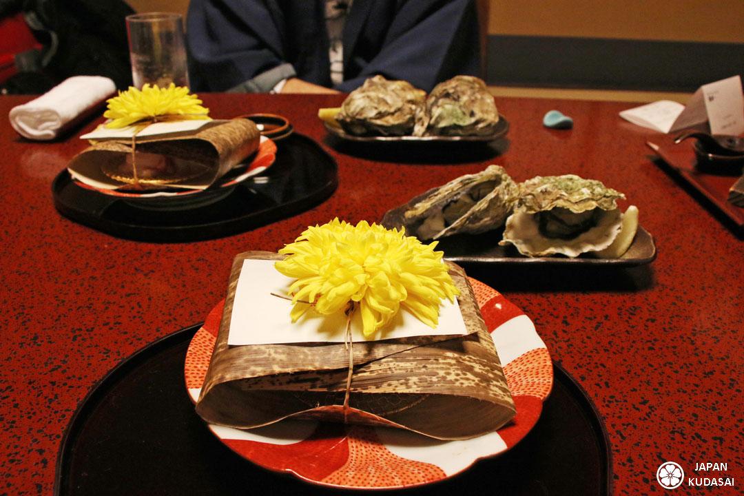 Huîtres de Miyajima et chrysanthème.