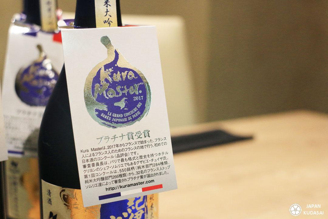 Logo des médailles de platine de Kuramaster en forme de goutte.