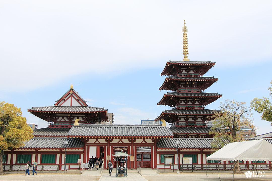 Temple de Shitenno-ji dans le quartier de Tennoji à Osaka
