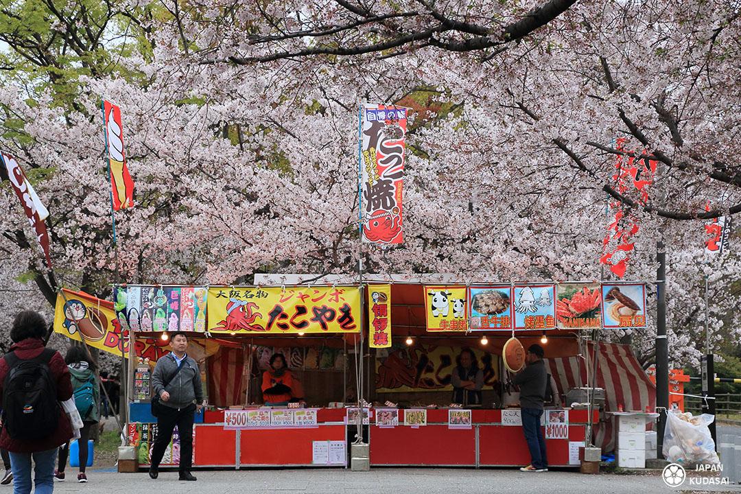 yatai à osaka durant hanami : vente de brochettes et takoyaki