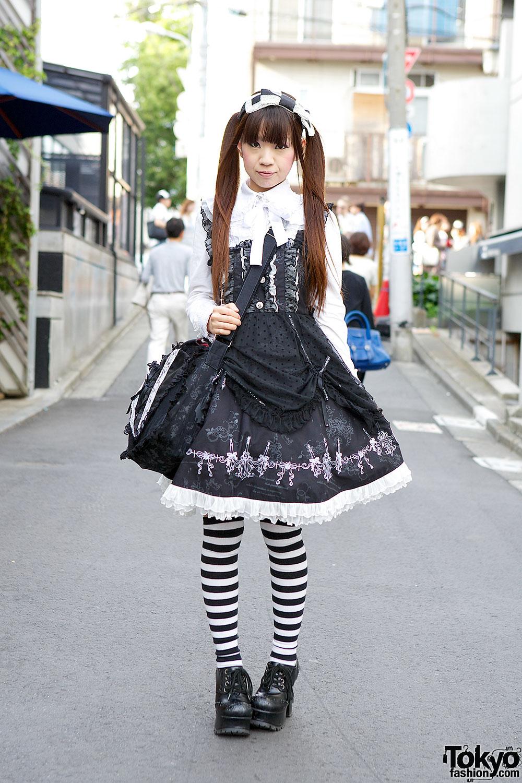 cette tenue a une ressemblance avec la première mais comme son nom lindique, la base est le noir, le blanc ou le bleu foncé.