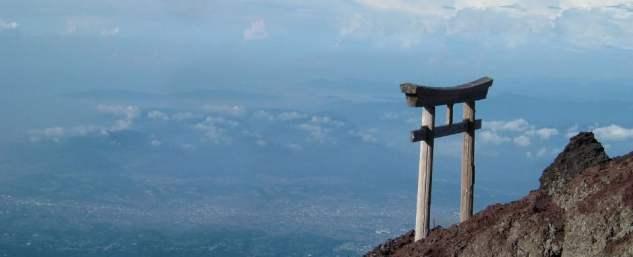 Helig torii-port ovanpå Fuji-berget