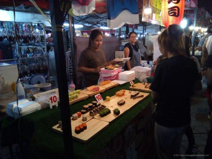 チェンマイのサタデーマーケットの寿司屋台