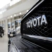 Um veículo utilitário esportivo Toyota Land Cruiser está em exibição no showroom da empresa em Tóquio.  A Toyota destacou-se como a única grande montadora a aumentar as vendas nos EUA no mês passado.  |  BLOOMBERG