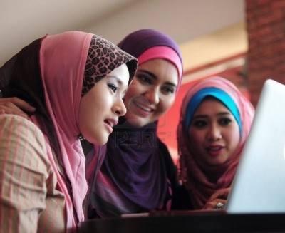 نساء محجبات أمام الحاسوب