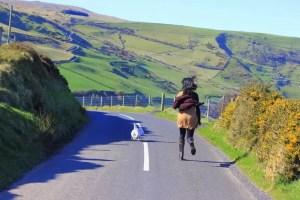 Lara e Coco - Tor Head Road na Irlanda do Norte, uma das estradas mais lindas do mundo