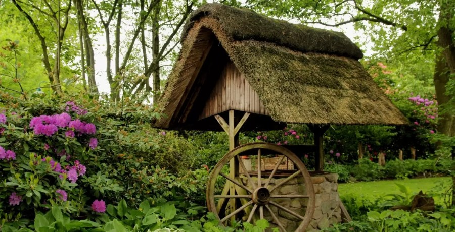 fountain-thatched-roof-wagon-wheel-spring