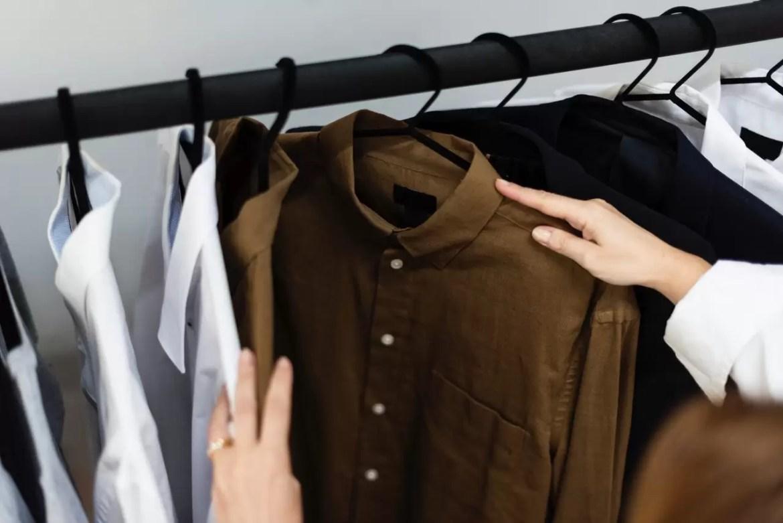 roupas no brechó