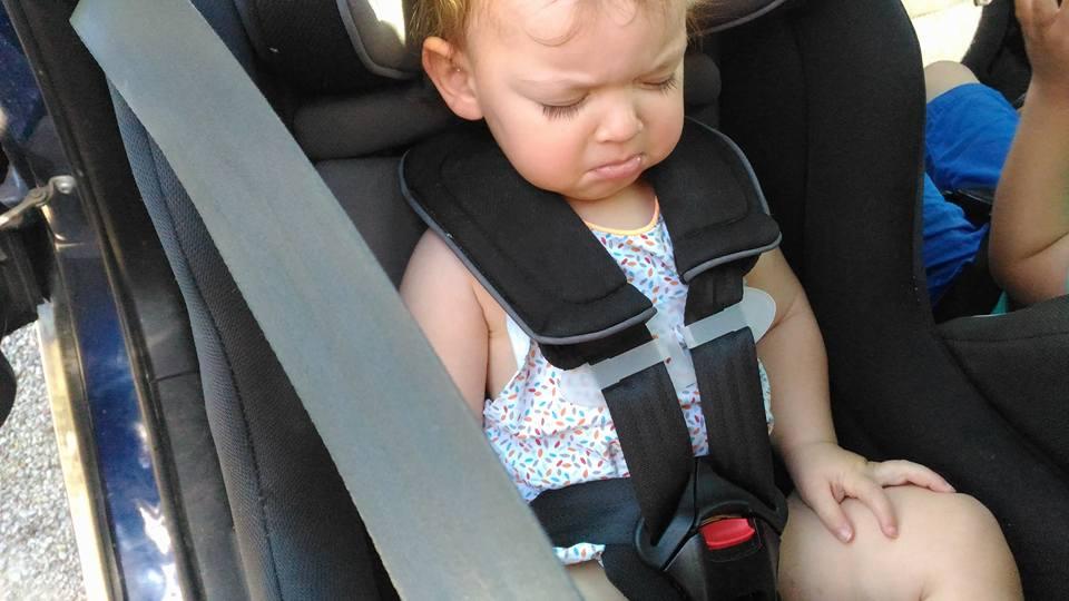 chest-clip , bébé enlève sa ceinture, quatre enfants en voiture