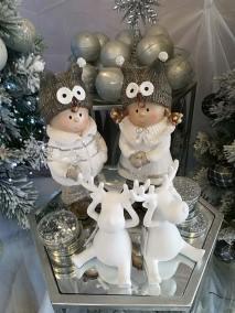 Décoration blanche pour Noël avec rennes, personnages, boules en vente à la jardinerie Pradel Horticulture à Luchon