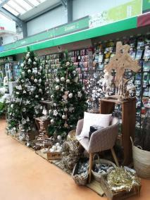 Ensemble de décoration et de sapin de noël synthétique couleur blanc, argent et bois naturel en vente à la jardinerie Pradel Horticulture à Luchon