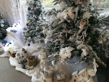 Décoration blanche pour Noël avec ourson, personnage, boules en vente à la jardinerie Pradel Horticulture à Luchon