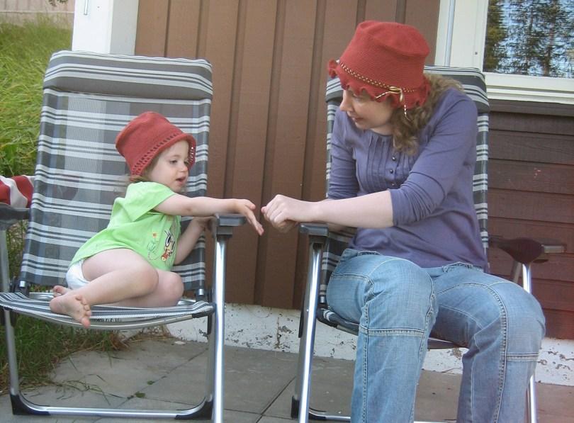 Virkade hattar på dottern och mostern
