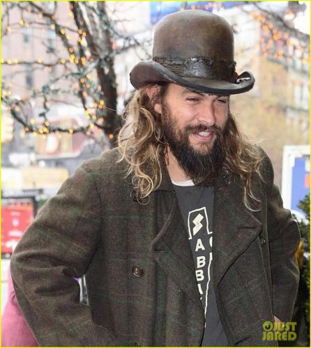 jason-momoa-shows-off-his-unique-style-while-out-to-lunch-with-lisa-bonet2-02