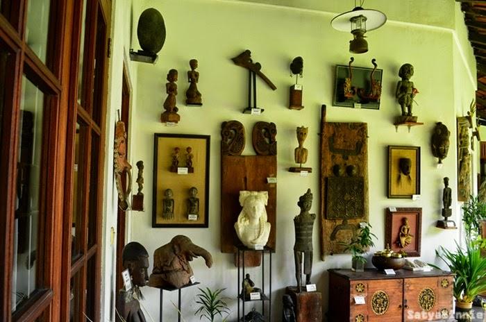 Sampai dinding pun penuh dengan barang antik.