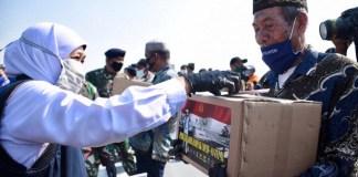 Gubernur Bersama Pangkoarmada II Serahkan Bantuan Bagi Nelayan Terdampak Covid-19 di Atas KRI Makassar-590