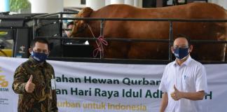Penyerahan hewan kurban Mandiri Syariah ke Universitas Airangga, yang dilakukan Regional CEO, RO VI Surabaya, Gunawan Arif Hartoyo dan diterima Rektor Unair Prof Nasih