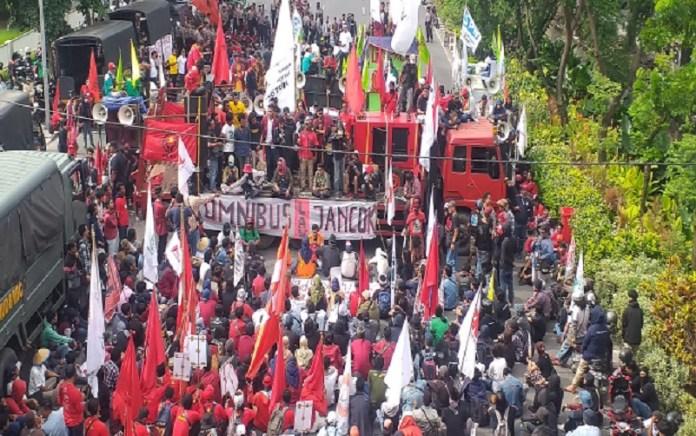 Demo Tolak UU Omnibus Law Cipta Karya Ricuh, Risma Muncul Khofifah Tak Muncul