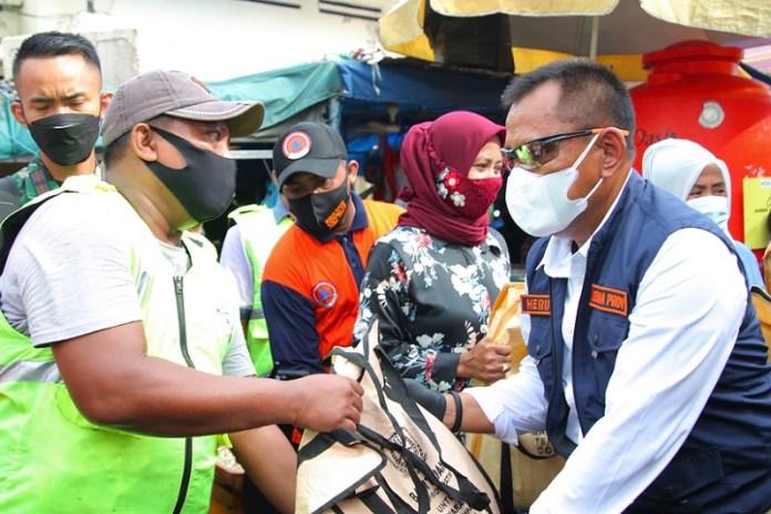 Sekdaprov Jatim Bagi Masker di Pasar Pabean Surabaya