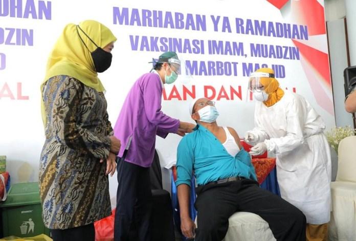 Gubernur Khofifah Tinjau Pelaksanaan Vaksinasi Covid-19 Bagi Imam, Muadzin Dan Marbot Di Masjid Al-Akbar