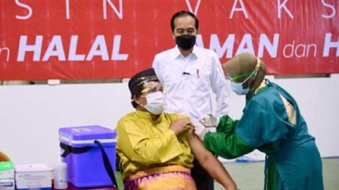 Presiden Jokowi Tinjau Vaksinasi Massal di Provinsi Riau