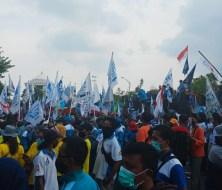 Tolak UU Omnibus Law, Buruh Bertahan di Depan Kantor Gubernur Jawa Timur Hingga Malam
