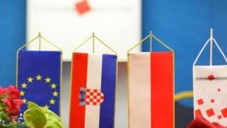 gospodarski forum-zastave-hrvatska-poljska-midi