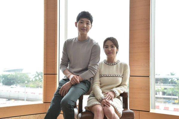 Dr. Kang Mo Yeon dan Kapten Yoo Sijin Descendants of the Sun