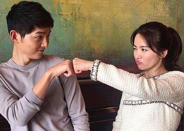 Foto First Bump Dr. Kang dan Kapten Yoo Sijin