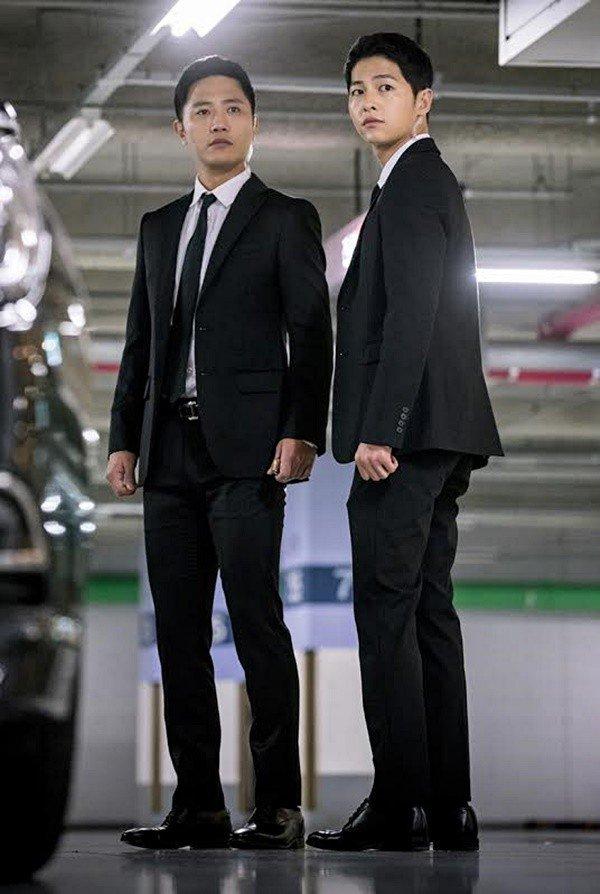 Foto Mayor Seo Dae-young dan Kapten Yoo Sijin Descendants of the Sun