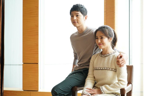 Gambar Dr. Kang Mo Yeon dan Kapten Yoo Sijin Descendants of the Sun