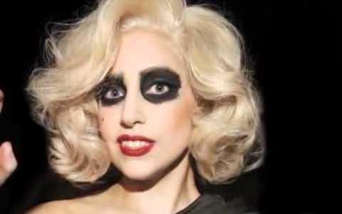 Comparte Síguenos A parte de por su música, Lady Gaga es conocida por sus numerosos […]