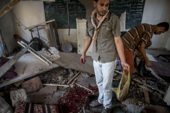 Scouts buscan restos humanos en la escuela de la ONU bombardeada